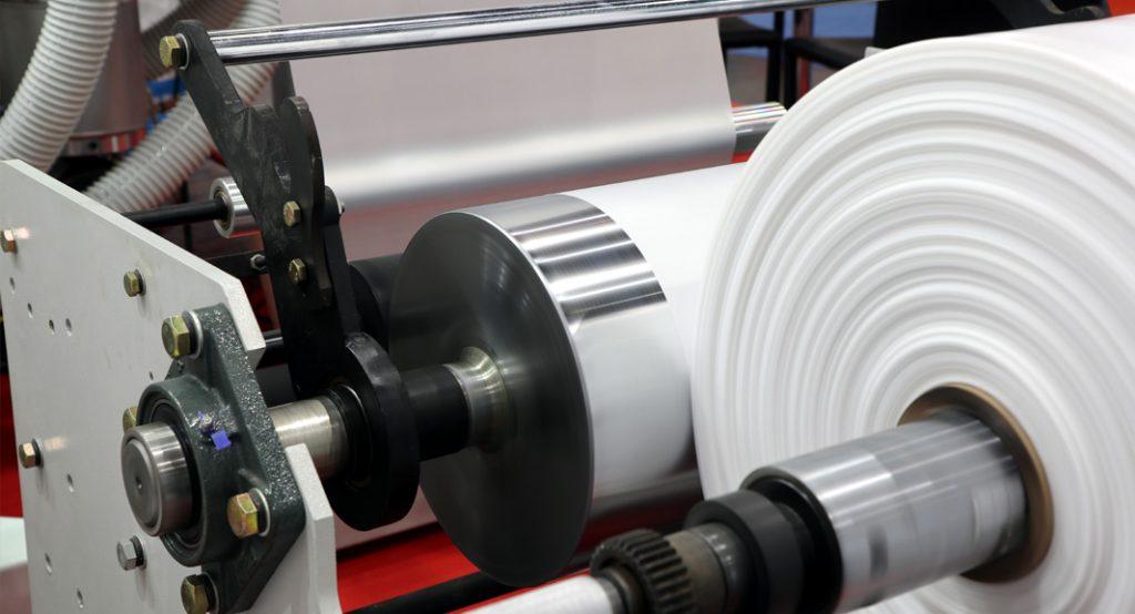 ホットメルト接着剤を塗布した製品の搬送で、ロール巻き込みを防止